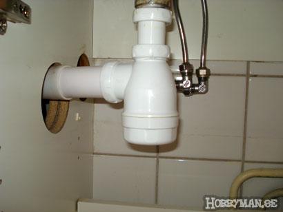 Placera en hink under vattenlåset